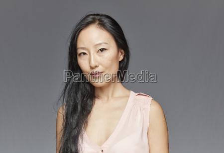portraet af kvinde med langt sort