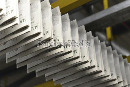 transportband med trykte aviser i et