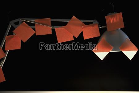 skrivebordslampe med masser af rode klaebe