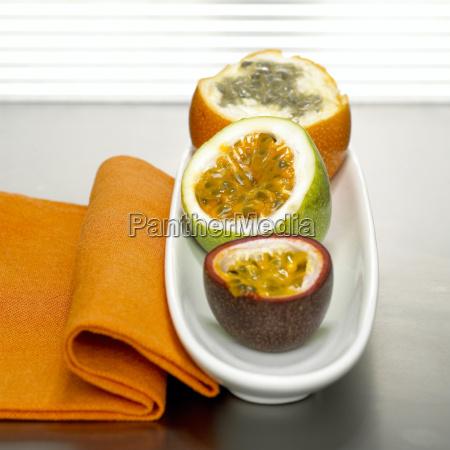 passionsfrugter i skal og klud serviet