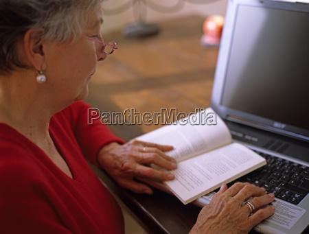 senior kvinde laesebog