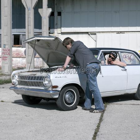 ung mand undersoger bil mens kvinde