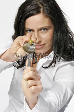 ung kvinde leger med oliven smilende