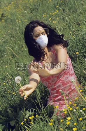 kvinde ifort en maske og beskyttelsesbriller