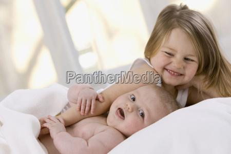 lille pige 3 4 og baby
