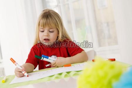 lille pige 4 5 doodling med