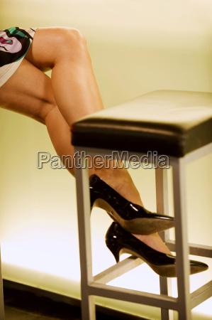 kvindelige ben ved bar counter lav