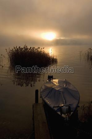 østrig, salzkammergut, irrsee-søen, ankerbåd, daggry - 21191763