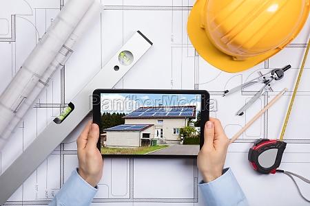 digital tablet arkitekt besiddelse af holder