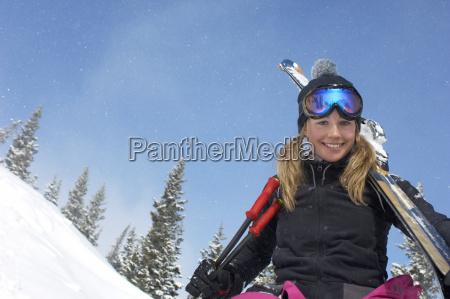 glad ung kvinde med ski og
