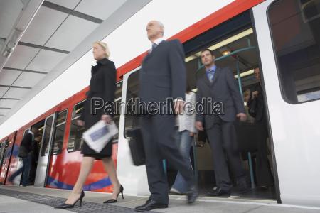 forretningspendlere komme af toget