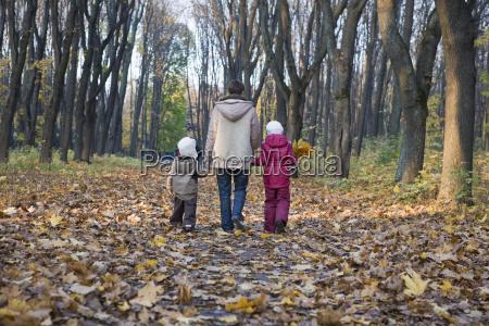mor og born ga i parken