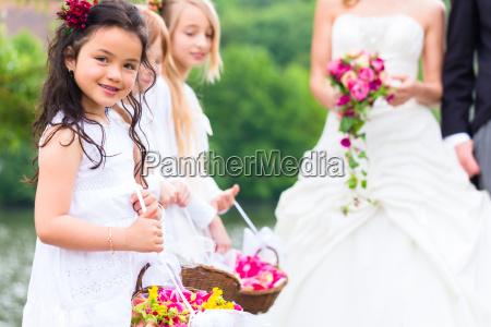 bryllup brud og brudgom med brudepige