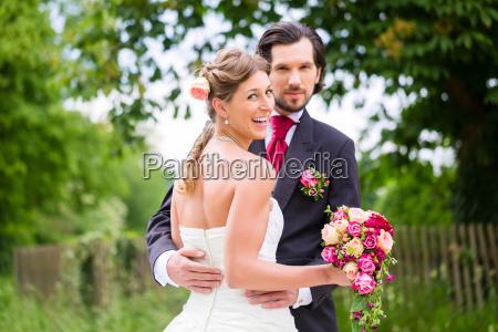 bryllup brud og brudgom med brudebuket