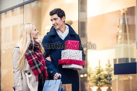 kvinde og mand med julegaver i