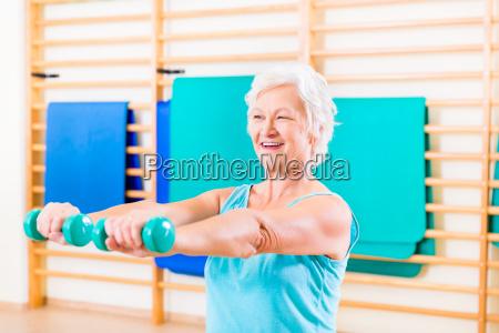 senior kvinde gor fitness sport i