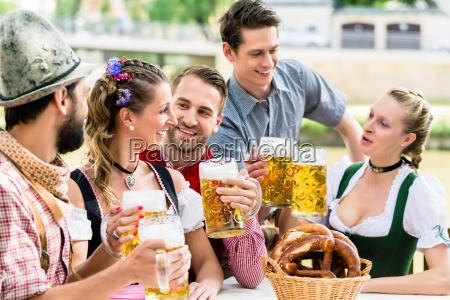 venner i den bayerske olhave drikker