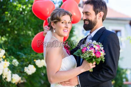 brud og brudgom ved bryllup med