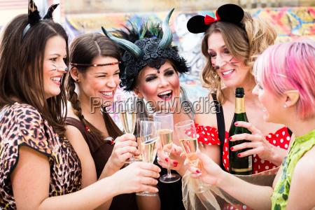 piger pa carnival parade klinkende briller