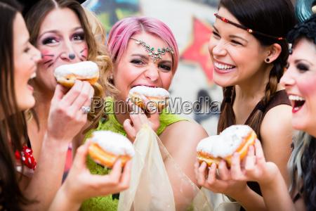 piger i tysk faserende karneval spiser