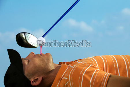 man balancing golfbold pa tee i