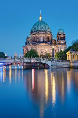 berlin katedralen og spree om natten