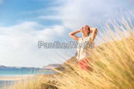 gratis happy woman nyder solen pa