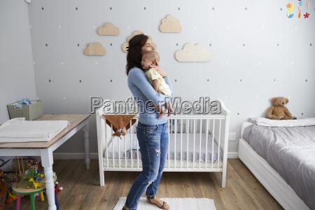 mor trostende nyfodte baby son i