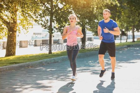 den sporty kvinde og mand jogging