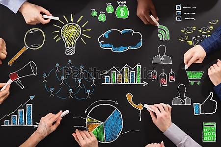 hands tegning forretningsstrategi med kridt pa