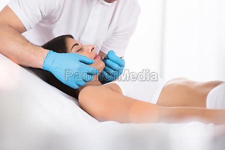 kosmetolog anvendelse permanent fyldes op pa
