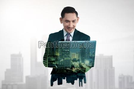 forretningsmand med flere eksponeringsholdende tabletcomputer