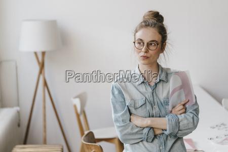 unge kvinde holding