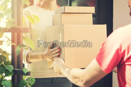 kvinde accepterer et hjem levering af