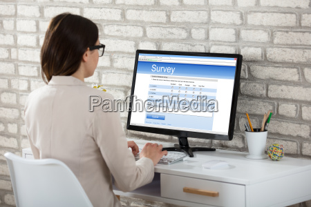business woman pafyldning survey form pa