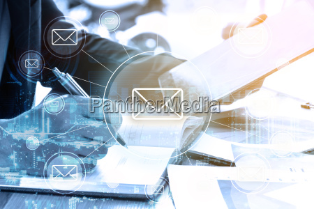 dobbelt eksponering forretningsmand skriver forretningsplan og