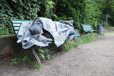 hjemlos mand sover pa baenken