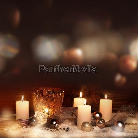 festlig juledekoration med stearinlys