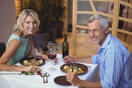 kvinde restaurant glas baeger drikkeglas fnise