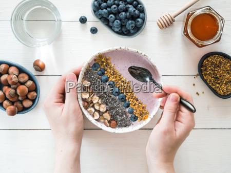 morgenmad skal i kvindens haender