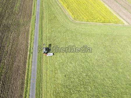 traktor i landbrugsjord