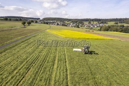 traktor i landbrugsjorden