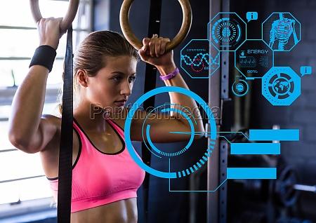 fit kvinde traener i gym med