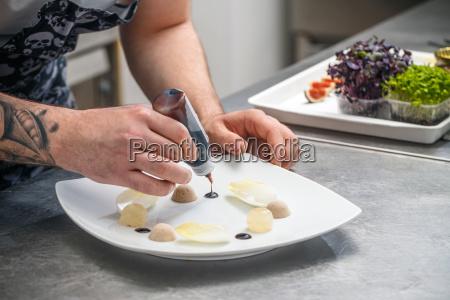 kokken er garnishing forretter skalen