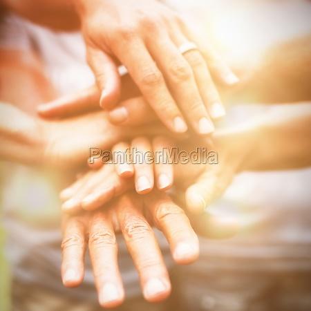 glade frivillige familie laegger deres haender