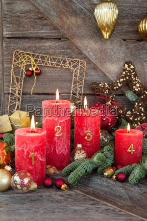 glaedelig jul dekorationer med stearinlys