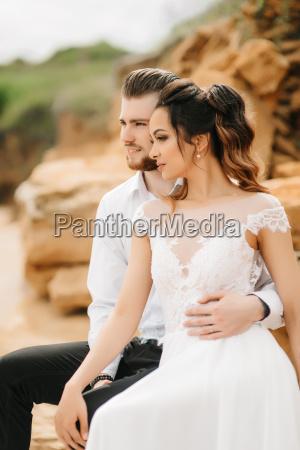 unge par brudgom med bruden pa