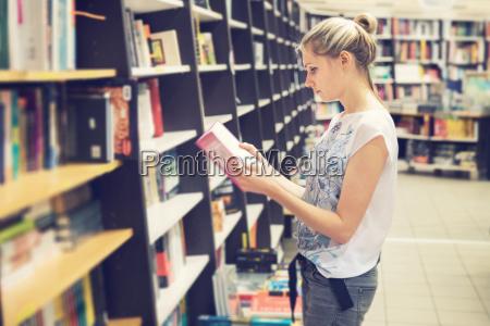 ung kvinde vaelger en bog at