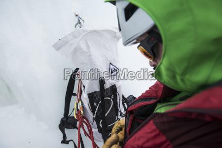 klatrer forbereder for isklatring i huntington