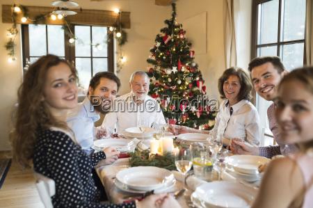glad familie ved jule middag bord
